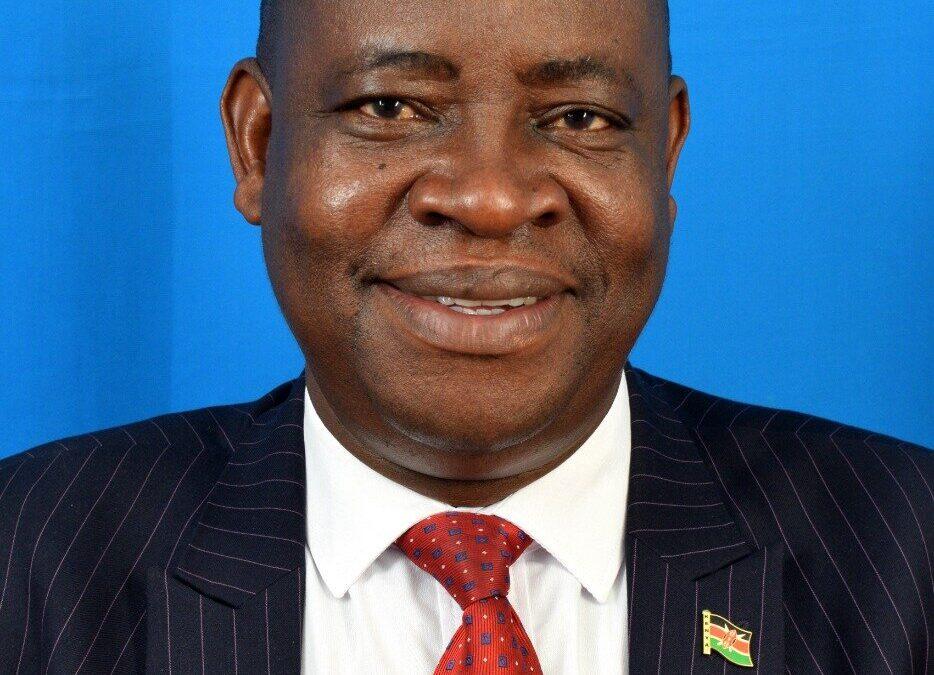 Vice Chacellor wa University ya Chuka Prof. Njoka kuungwa mauri iguru ria maratasi jawe ja kithomo.